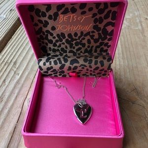 """Betsey Johnson """"L"""" necklace in EUC!"""